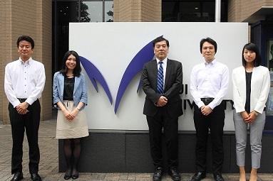 (写真)明治大学様ご担当者様と富士通株式会社プロジェクトメンバー