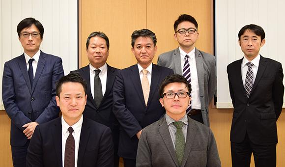 前列 ヒマラヤ 小森一輝氏、木村久和氏(左から) 後列 富士通関係者 担当営業・SE・販売推進(SNAPEC-EX)
