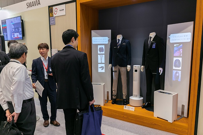 Detecting the gaze of a person standing in front of an AI mannequin to perceive his interest