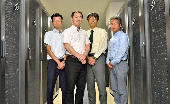 From left to right: Sasaki of Fujitsu, Dr. Ono and Dr. Nanri of Kyushu University's RIIT, and Amano of Fujitsu